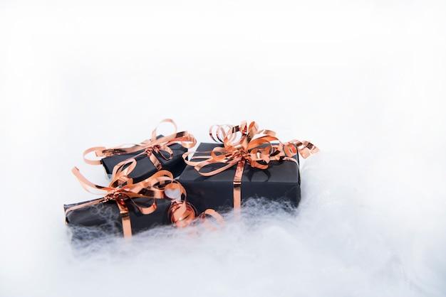 Schwarze geschenkboxen mit goldenem band