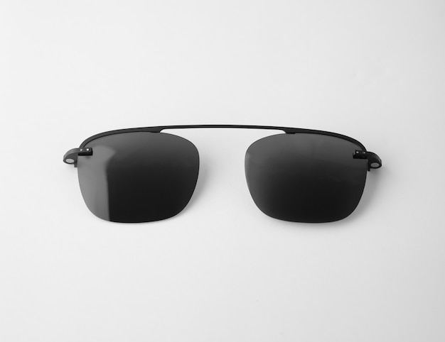 Schwarze gläser auf getrennt und weiß