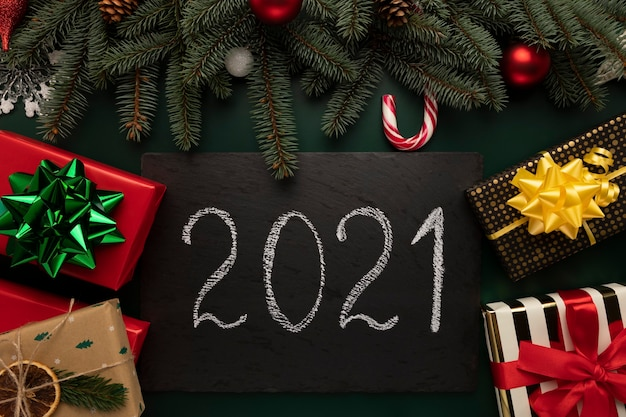 Schwarze granittafel mit der aufschrift 2021.