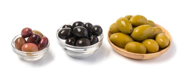 Schwarze, grüne, rote oliven lokalisiert auf weißem hintergrund