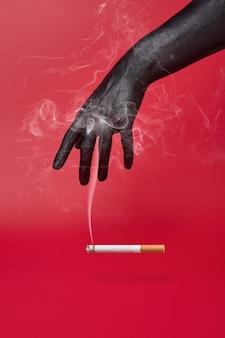Schwarze hand und schlechte auswirkungen von rauchen und zigarettenrauch