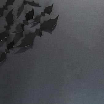 Schwarze handgemachte halloween-schläger in der ecke