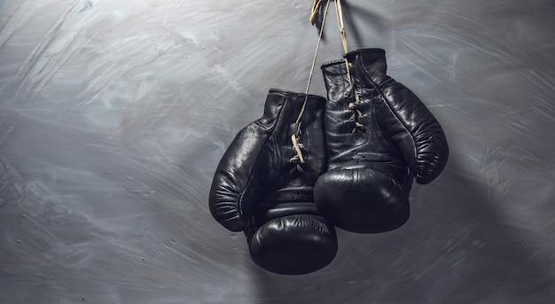 Schwarze handschuhe für box auf grau