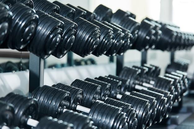 Schwarze hanteln im fitnessstudio
