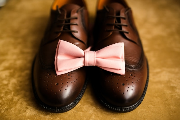Schwarze herrenschuhe und krawatte. dekoration eines mannes für eine hochzeit.