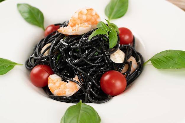 Schwarze italienische meeresfrüchte-nudeln hautnah