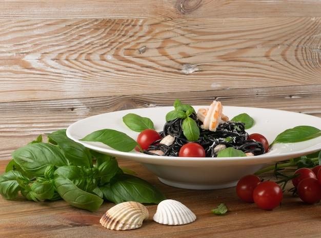 Schwarze italienische meeresfrüchte-nudelseitenansicht