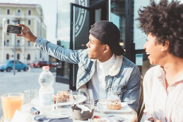 Schwarze junge paare, die selfie nehmen