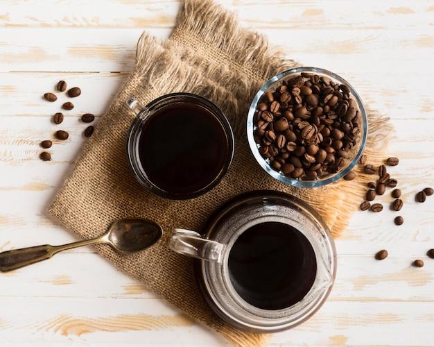 Schwarze kaffeeanordnung der draufsicht auf stoff