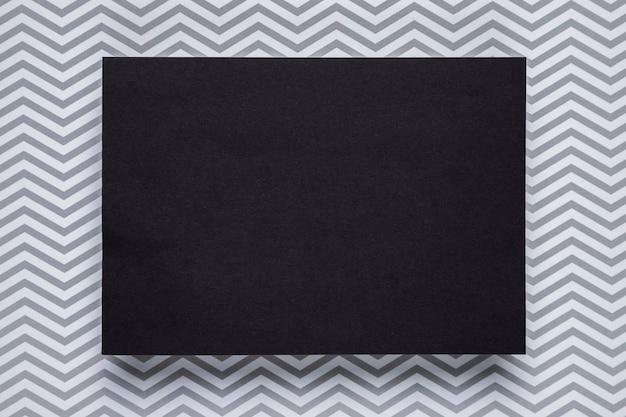 Schwarze karte mit einfarbigem hintergrund