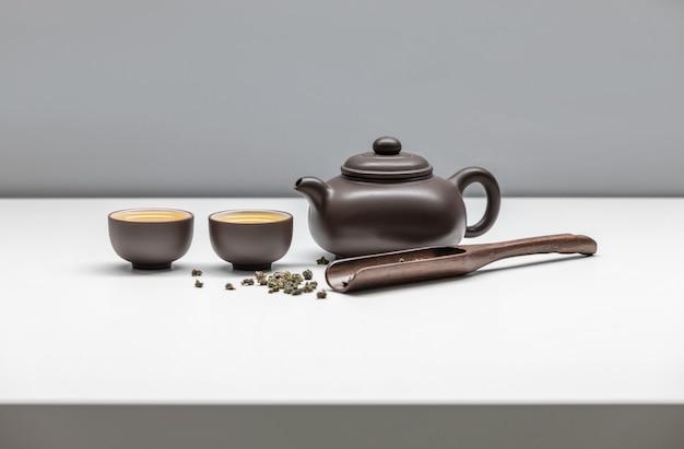 Schwarze keramik teetassen und teekanne