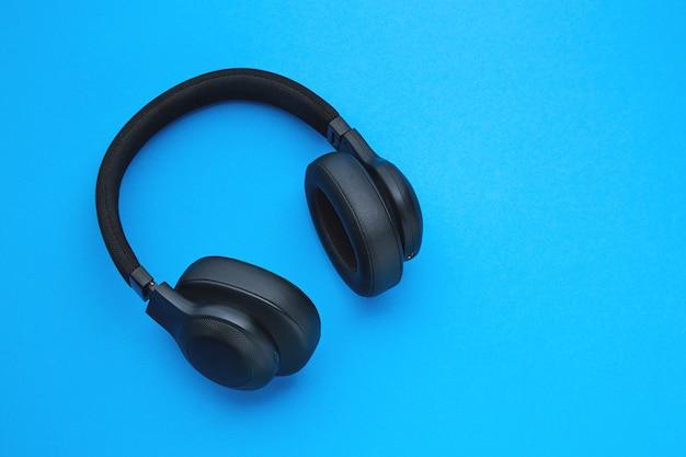 Schwarze kopfhörer auf einem farbigen hintergrund