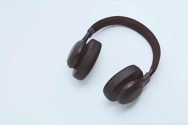 Schwarze kopfhörer auf einem weißen hintergrund