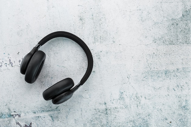 Schwarze kopfhörer auf grau