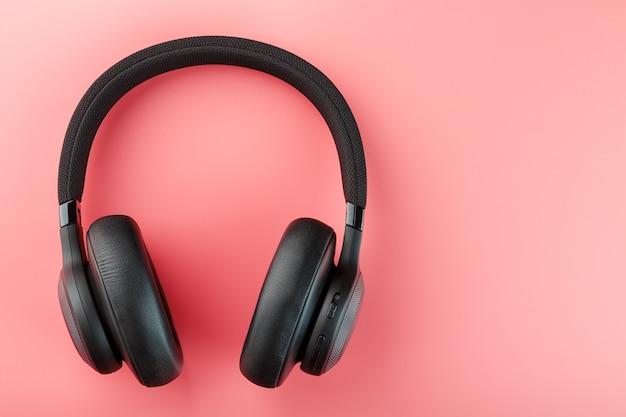 Schwarze kopfhörer auf rosa