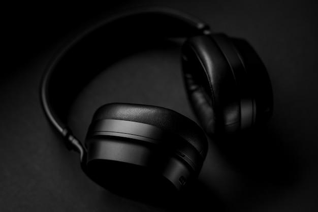 Schwarze kopfhörer auf schwarzem textil