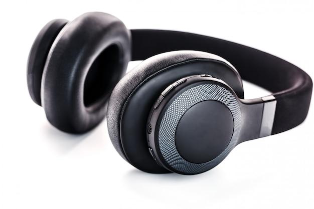 Schwarze kopfhörer auf weiß