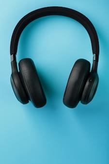 Schwarze kopfhörer mit einem draht auf blau