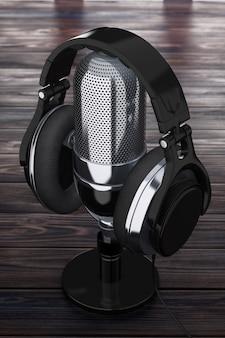 Schwarze kopfhörer über retro-mikrofon auf einem holztisch extreme nahaufnahme. 3d-rendering