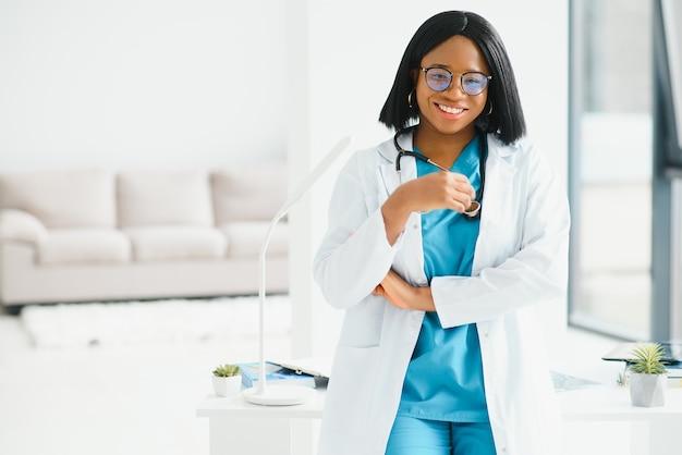 Schwarze krankenschwester isoliert im krankenhaus