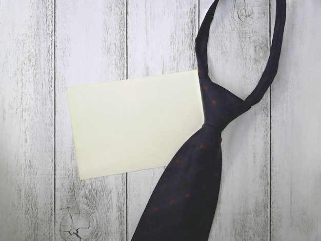 Schwarze krawatte auf weißer tabelle