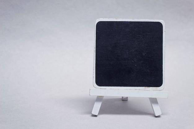 Schwarze kreidetafel aus holz zur beschriftung.