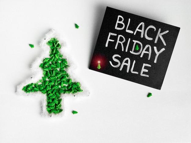 Schwarze kreidetafel mit kreideschriftzug black friday sale auf weißem glitzer
