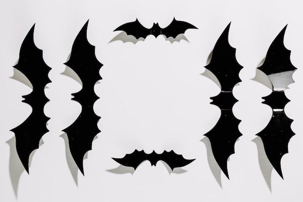 Schwarze kunststoff-halloween-fledermäuse in reihenfolge gelegt