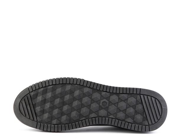 Schwarze leder turnschuhe lässige herren stil schwarze gummisohlen isolierte nahaufnahme auf weiß