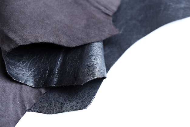 Schwarze lederfront und falsche seitentextur auf weißem raum, nahaufnahme