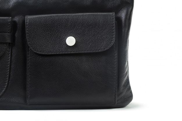 Schwarze lederne weibliche handtasche getrennt auf weiß