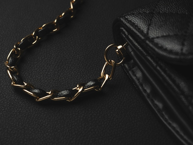 Schwarze ledertasche mit goldener kette