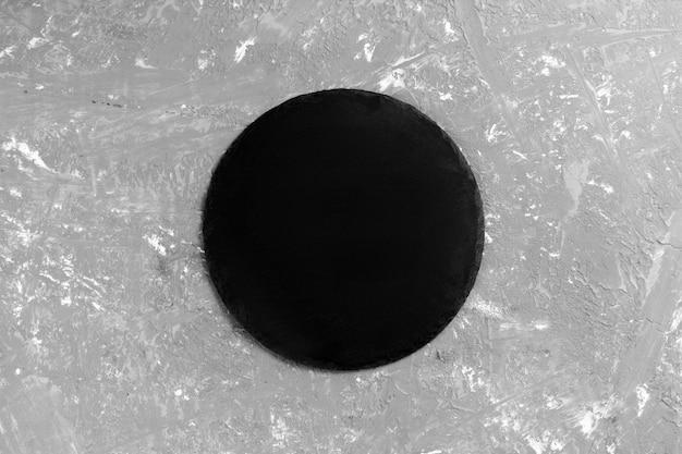 Schwarze leere runde schieferplatte
