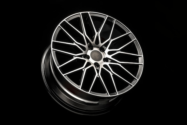 Schwarze leichtmetallräder, aluminiumscheibensport mit kohlefaserabdeckung. leicht und modernes cooles design