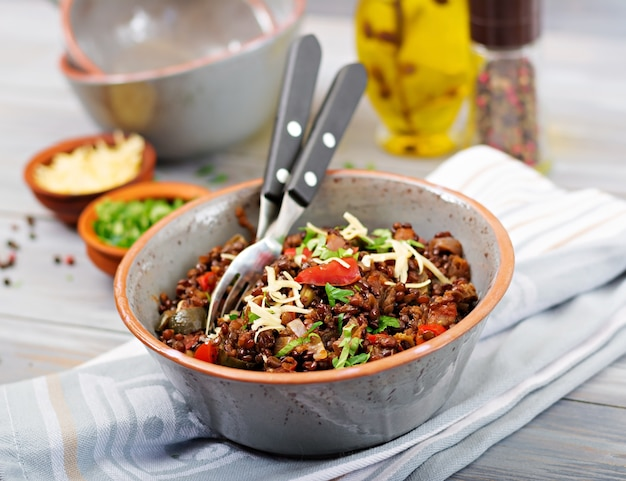 Schwarze linse beluga mit gemüse. fasten-menü. veganes essen.