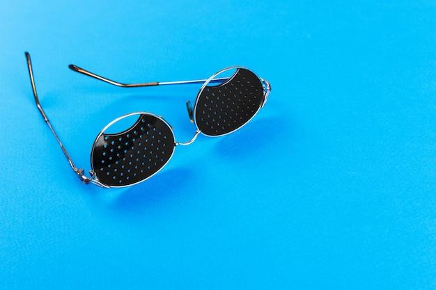 Schwarze lochbrille auf blau