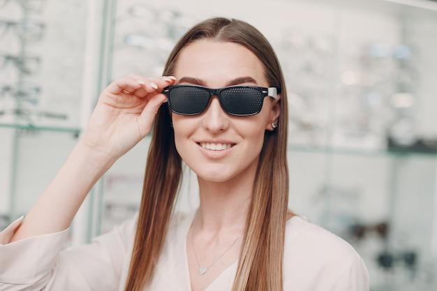 Schwarze lochbrille für das sehtraining. trainer für perforierte brillen
