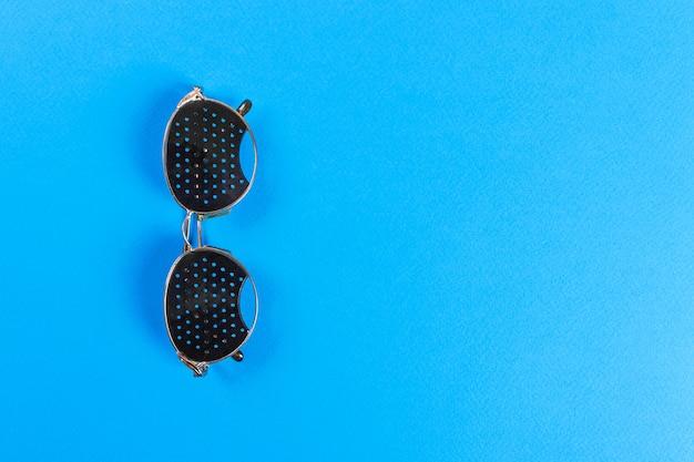 Schwarze lochbrille. medizinisches konzept. ansicht von oben
