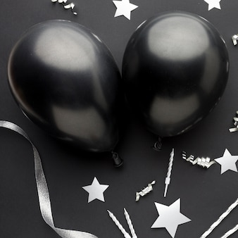 Schwarze luftballons von oben