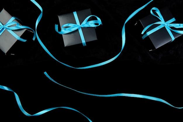 Schwarze luxusgeschenkboxen mit blauem band