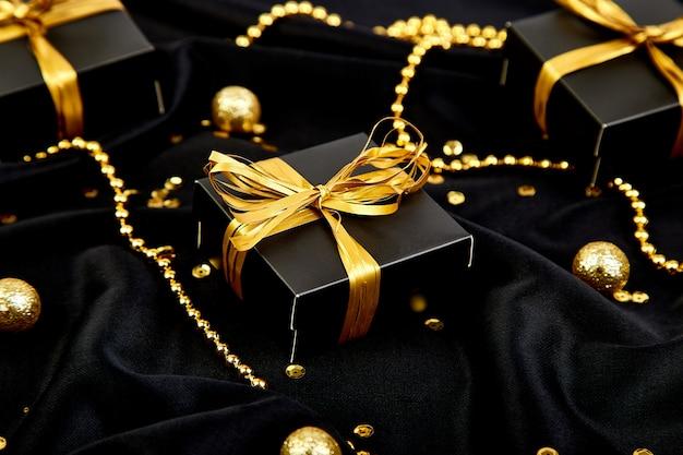 Schwarze luxusgeschenkboxen mit goldband