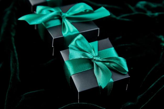 Schwarze luxusgeschenkboxen mit grünem band