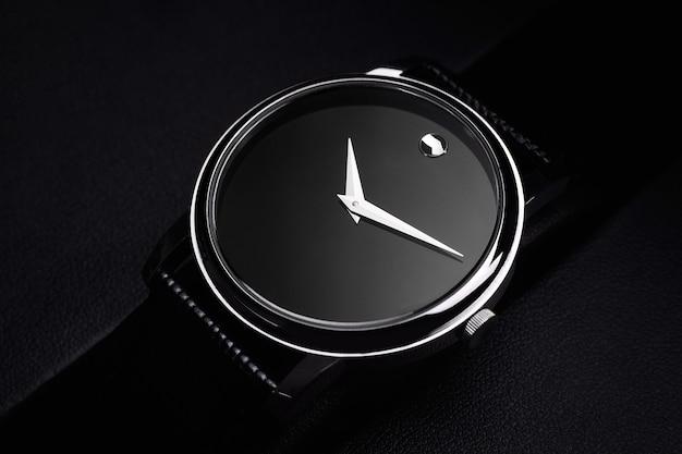 Schwarze luxusuhr auf schwarzem hintergrund