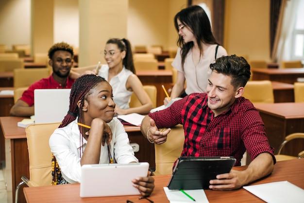 Schwarze mädchen reden mit klassenkameraden in der bibliothek