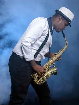 Schwarze männer des saxophonisten im weißen hemd