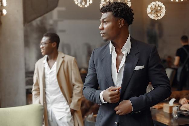 Schwarze männer in einem café haben ein geschäft