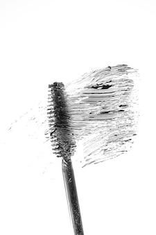Schwarze mascara-bürste und farbfeld. minimalistisches kosmetisches konzept.