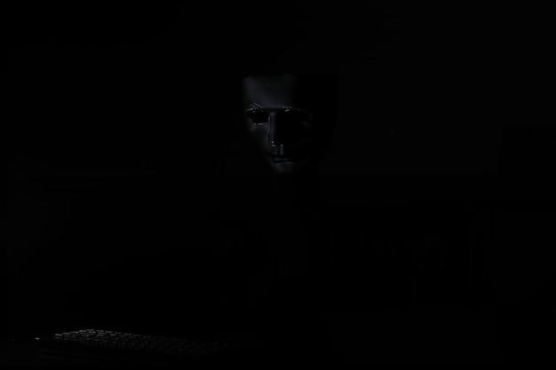 Schwarze maske im dunkeln geheimnisvolles ritual und geheimnis