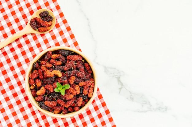 Schwarze maulbeerfrucht in der schüssel