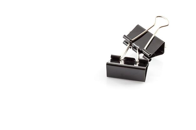 Schwarze metall büroklammern auf weißem hintergrund